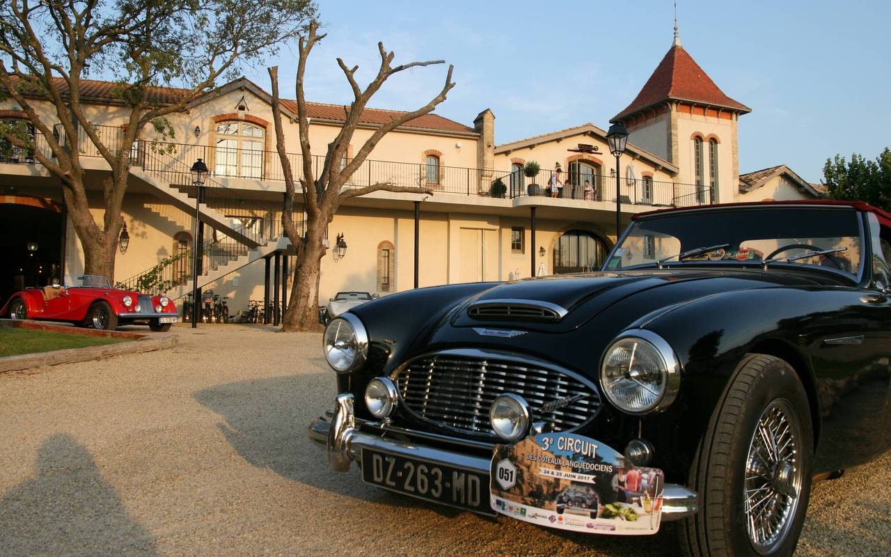 Old cars in front of th Château de Serjac, for events and seminars in the south of France