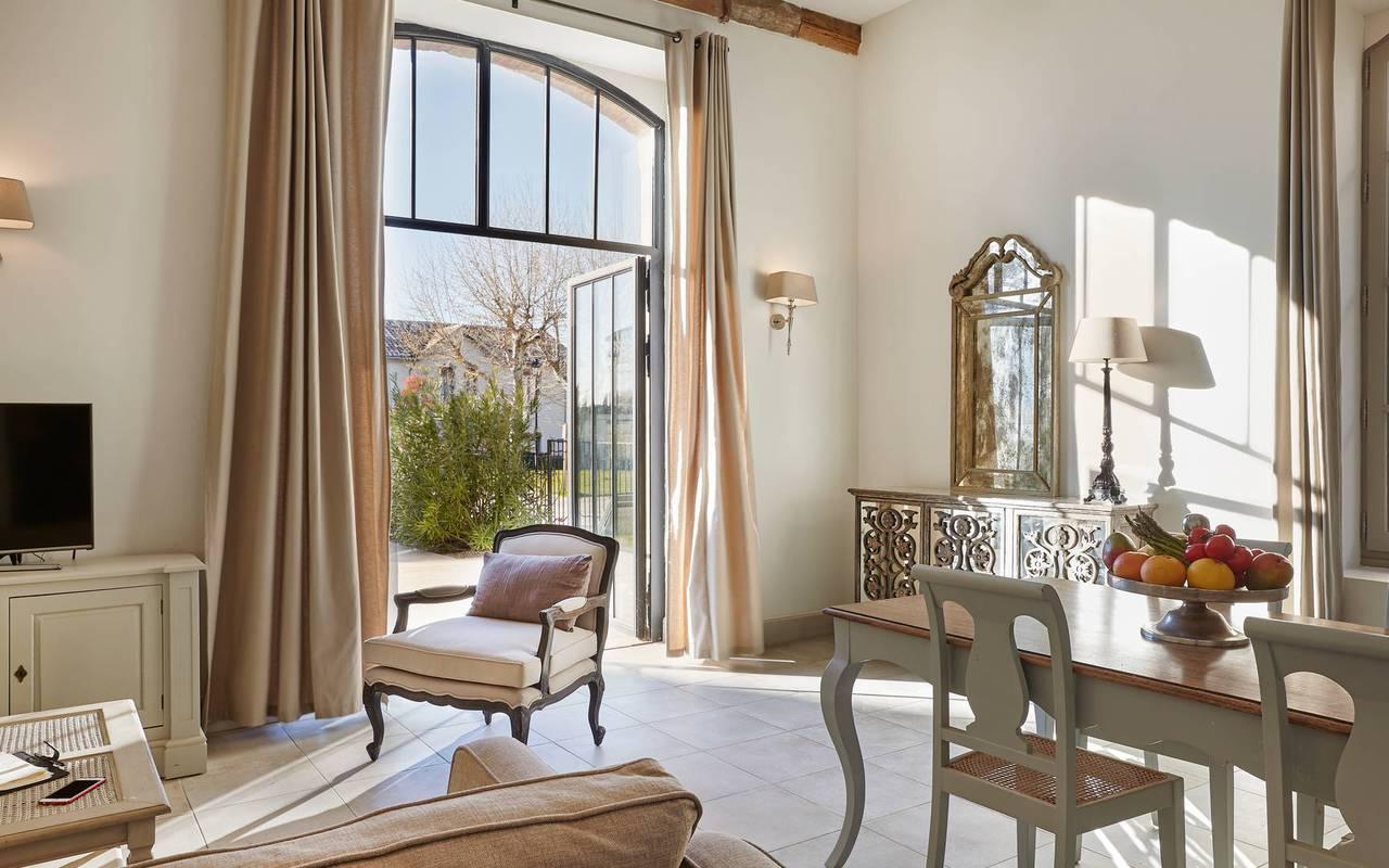 Grand salon d'une de nos villa privative, location villa près de Béziers, Château St Pierre de Serjac.