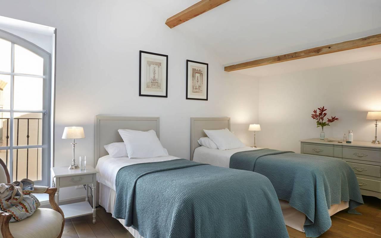 Chambre avec lits jumeaux,  location villa près de Béziers, Château St Pierre de Serjac.