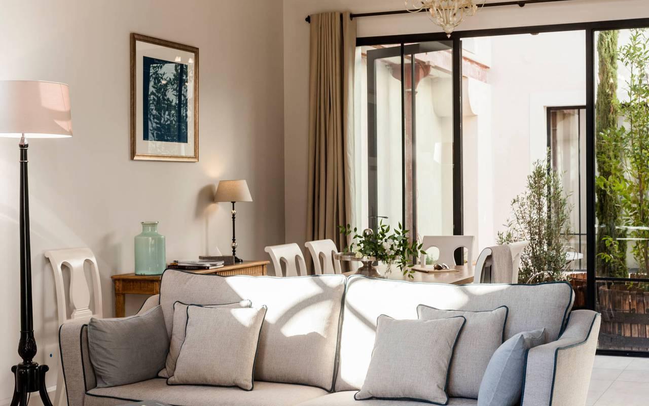Élégant salon avec baie vitrée dans une de nos locations de villas près de Béziers, Château St Pierre de Serjac.