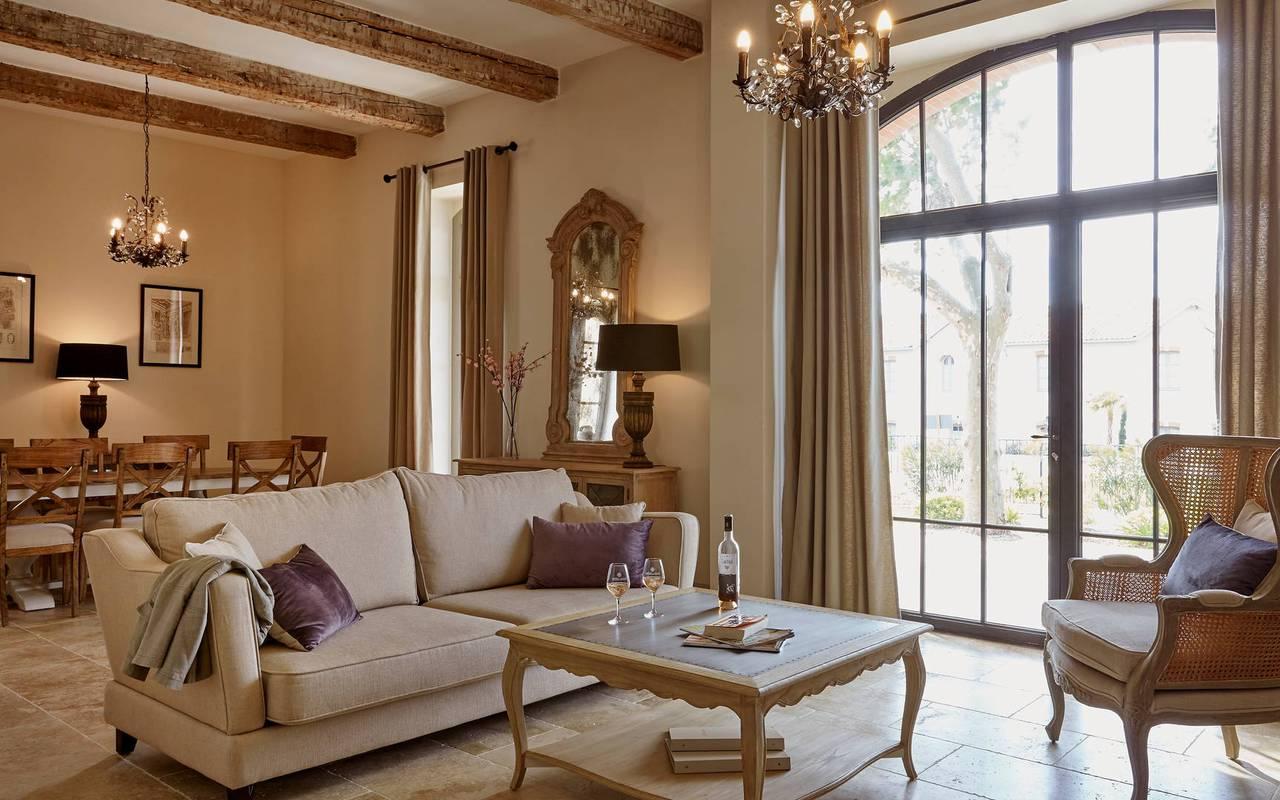 Spacieux salon du logement l'Ecurie, location de villa dans l'Hérault, Château de Serjac.