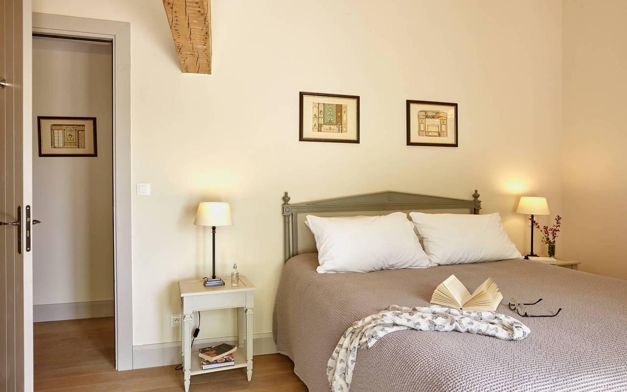 Chambre lumineuse, au Château de Serjac, dans nos locations de villas dans l'Hérault.