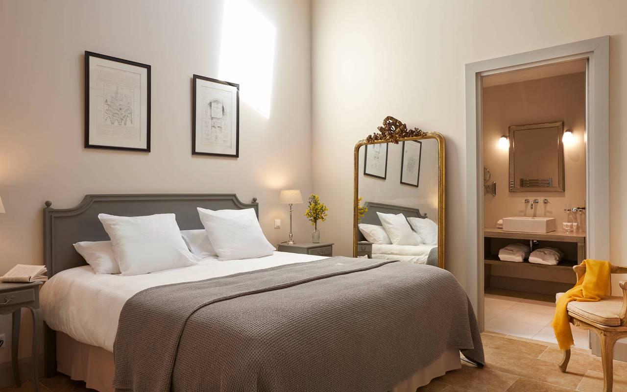 Chambre élégante de notre logement privatif, dans notre location de villa dans l'Hérault, Château de Serjac.