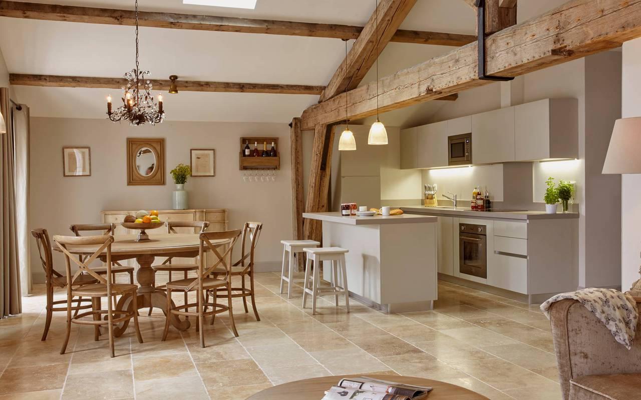 Grand salon plein de charme, location de villa dans l'Hérault, Château St Pierre de Serjac.
