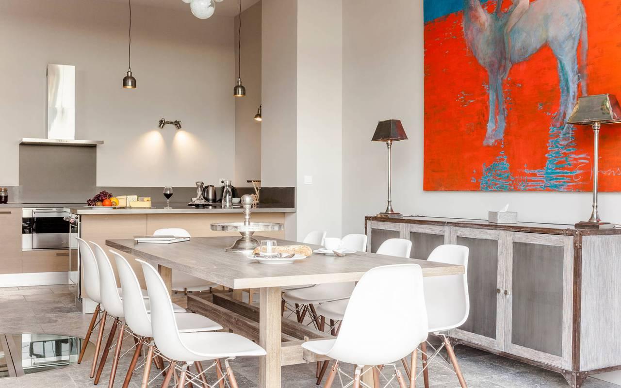 Salle à manger avec grande table, location de villa dans l'Hérault, Château St Pierre de Serjac.