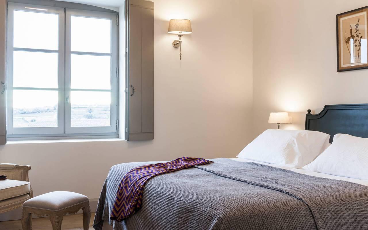Chambre avec lit double, location de villa dans l'Hérault, Château St Pierre de Serjac.