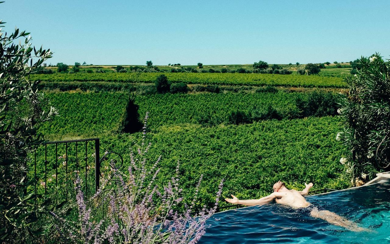 Piscine à débordement privative dans nos locations de villa dans l'Hérault, Château St Pierre de Serjac.