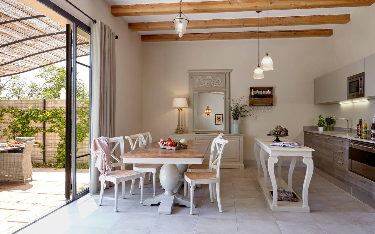 Joli salon donnant sur la terrasse, location de villa près de Béziers, Château St Pierre de Serjac.