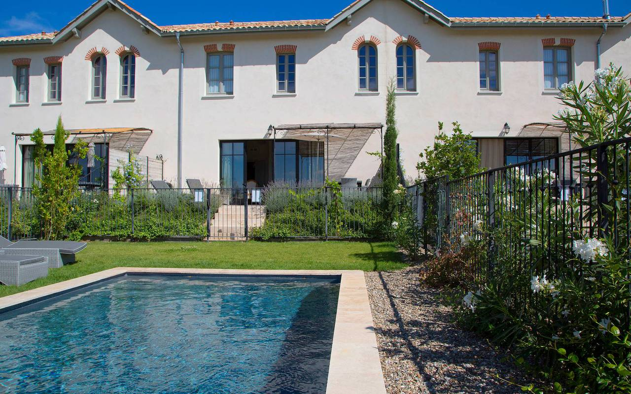 Jardin privatif avec piscine, location de villa près de Béziers, Château St Pierre de Serjac.