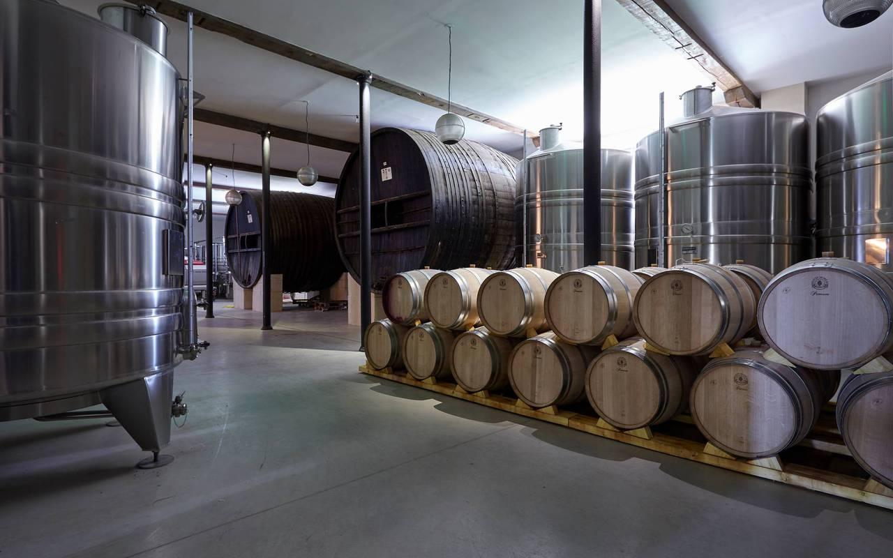 Cave de fabrication du vin de notre domaine viticole dans l'Hérault, le Château St Pierre de Serjac.