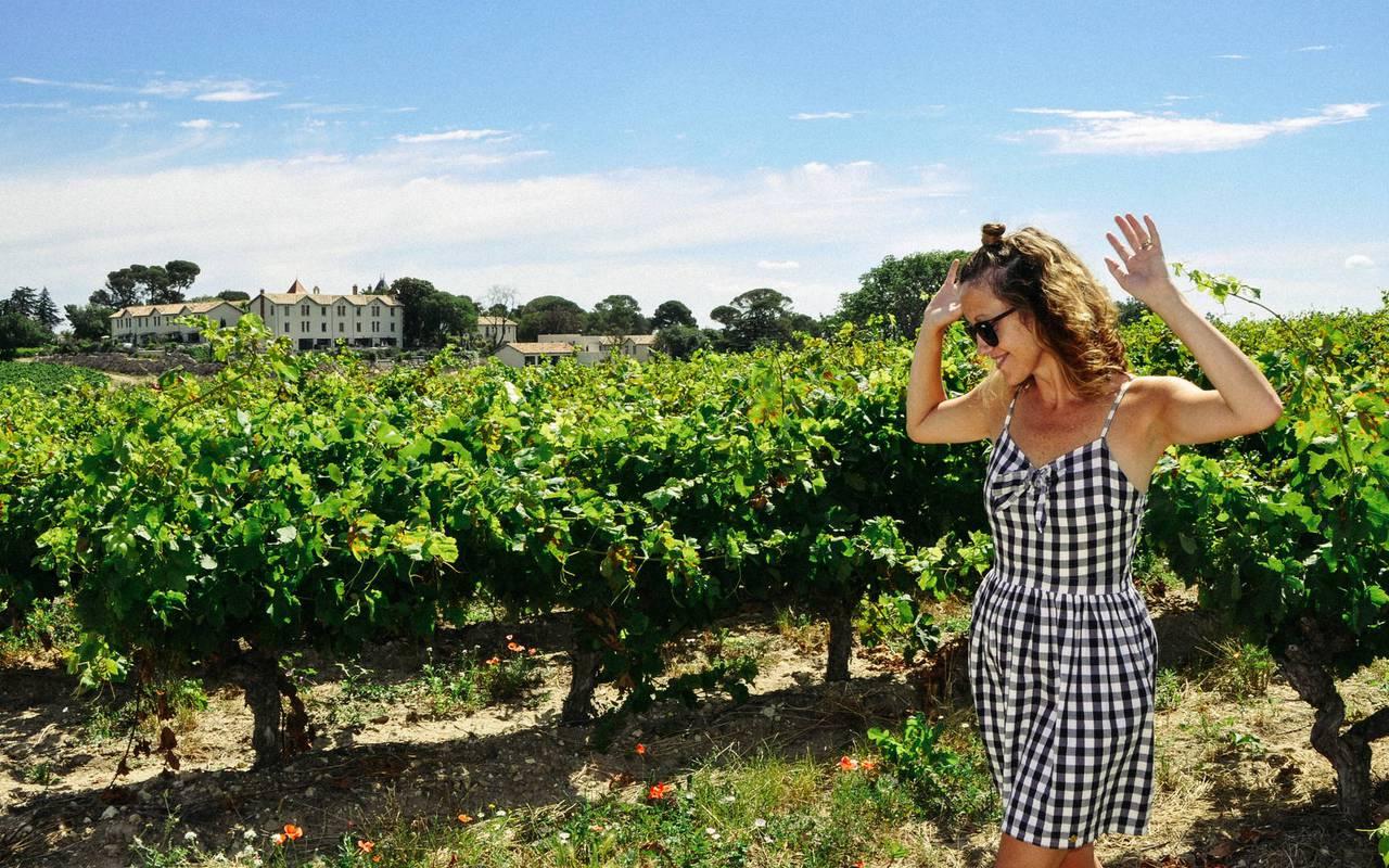 Femme dans les vignes, de notre domaine viticole dans l'Hérault, le Château St Pierre de Serjac.