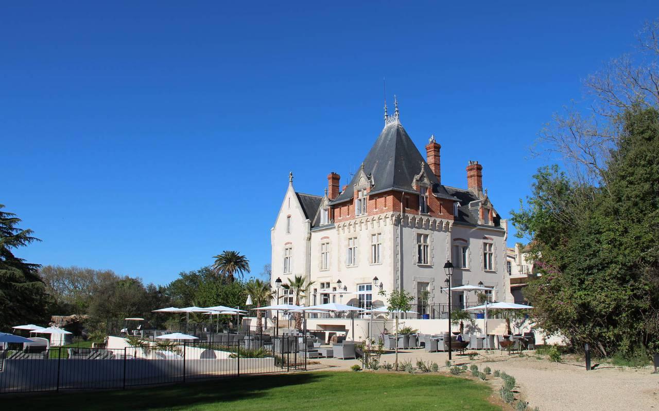 Vue extérieure du Château de Serjac, château hôtel à Puissalicon.