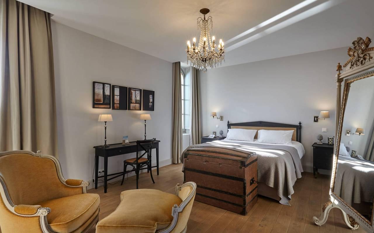 Grande chambre élégante, location de villa près de Béziers, Château St Pierre de Serjac.