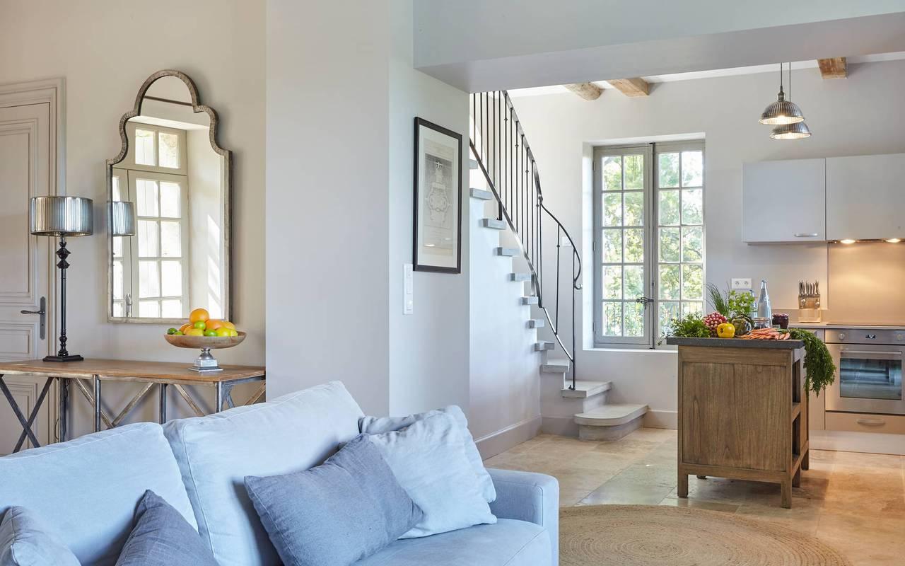 Grand salon avec cuisine dans logement privatif, location de villa près de Béziers, Château St Pierre de Serjac.