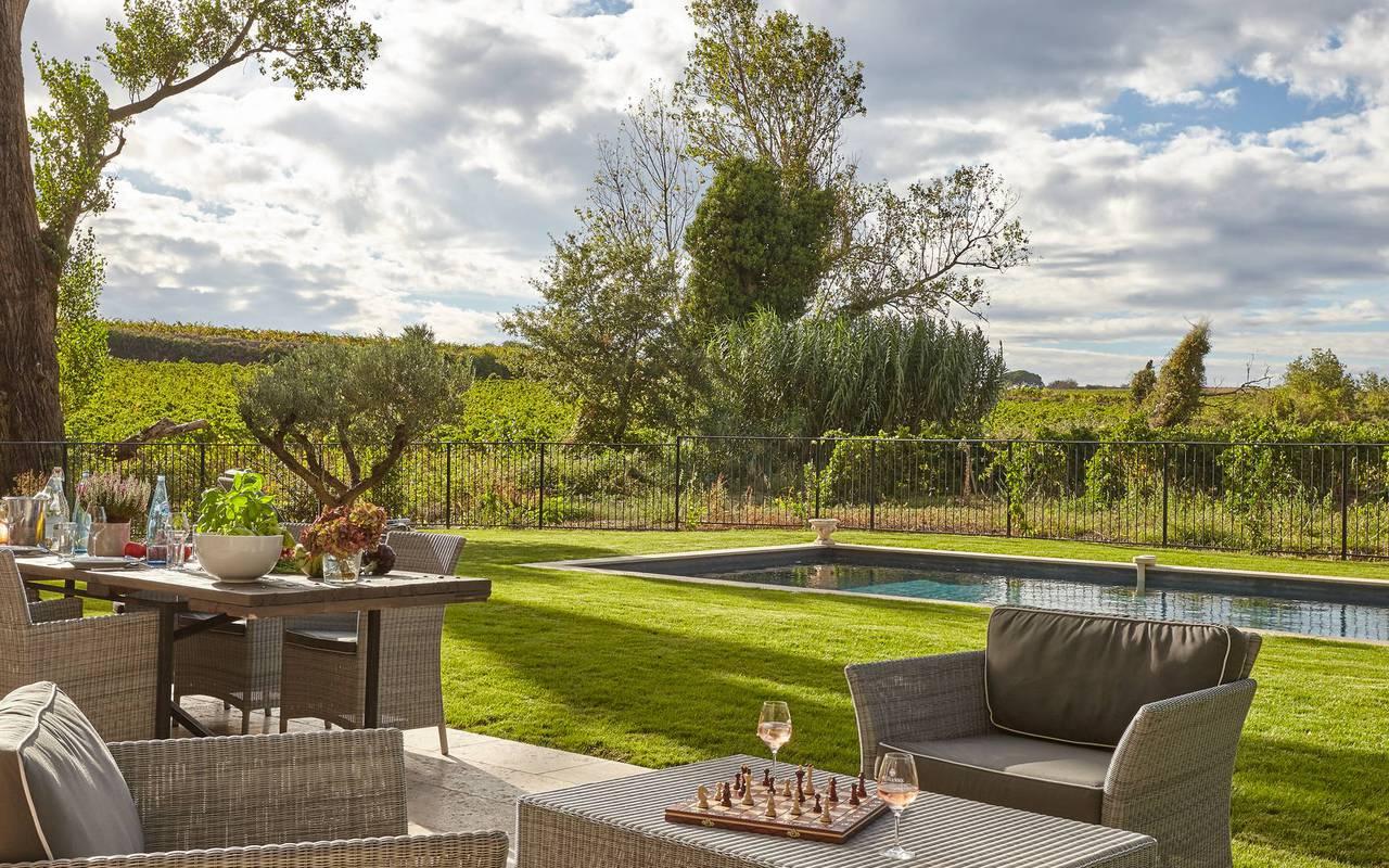 Terrasse et jardin avec piscine privée, location de villa près de Béziers, Château St Pierre de Serjac.