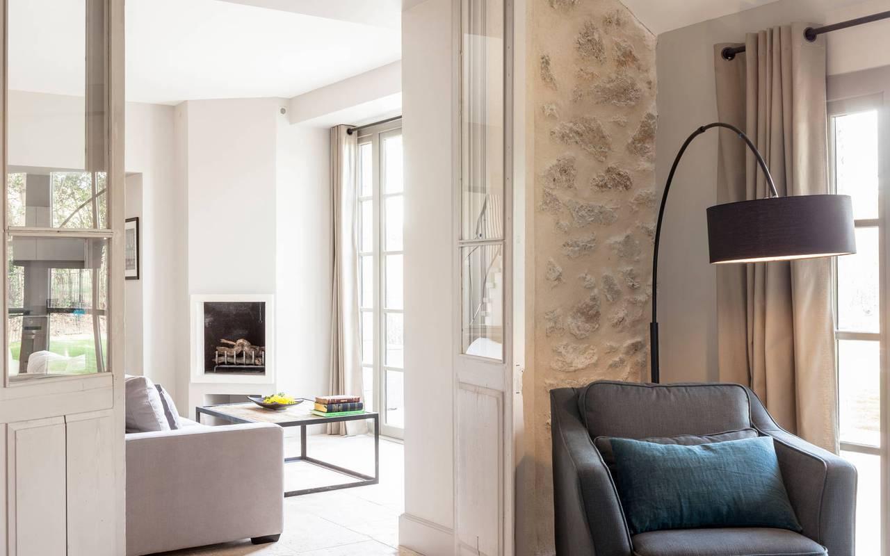 Vue du salon et du fauteuil dans logement privatif, location de villa près de Béziers, Château St Pierre de Serjac