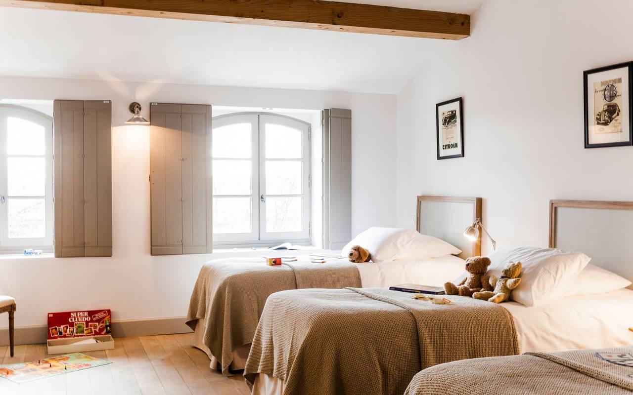 Grande chambre avec trois lits, dans logement privatif, location de villa près de Béziers, Château St Pierre de Serjac.