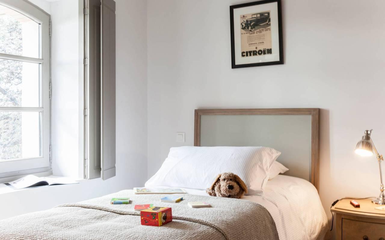 Vue du lit simple avec jouets, dans logement privatif, location de villa près de Béziers, Château St Pierre de Serjac.