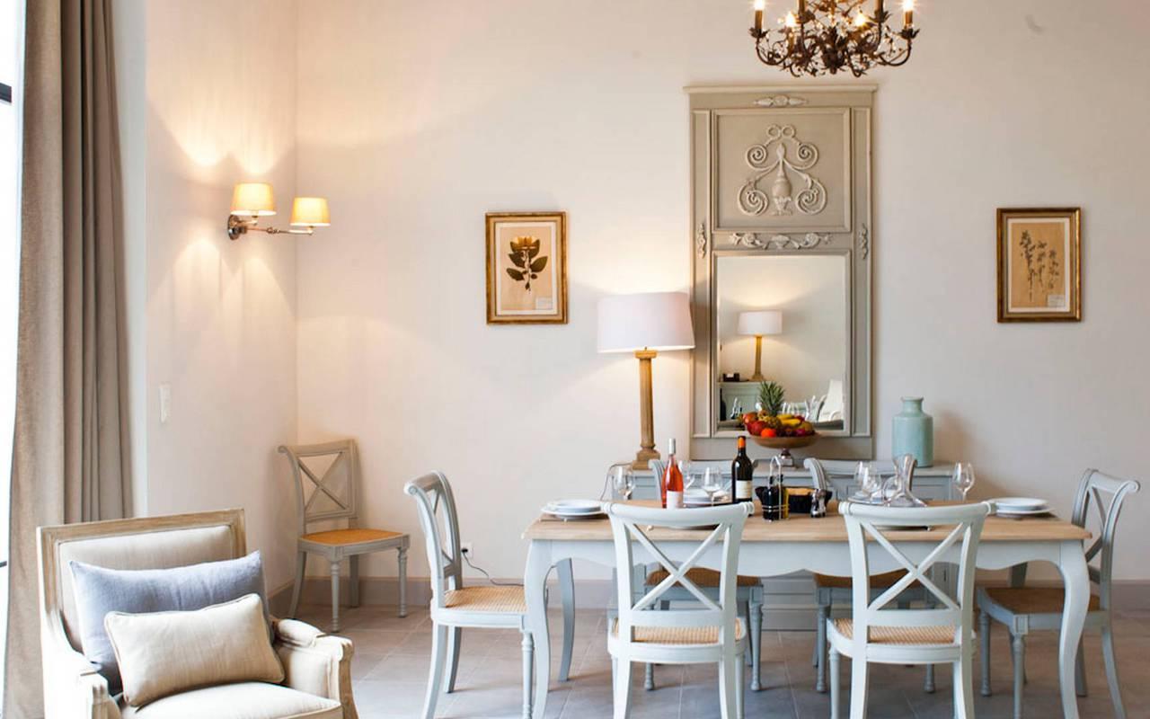 Grand salon avec table à manger dans logement privatif, location de villa près de Béziers, Château St Pierre de Serjac.