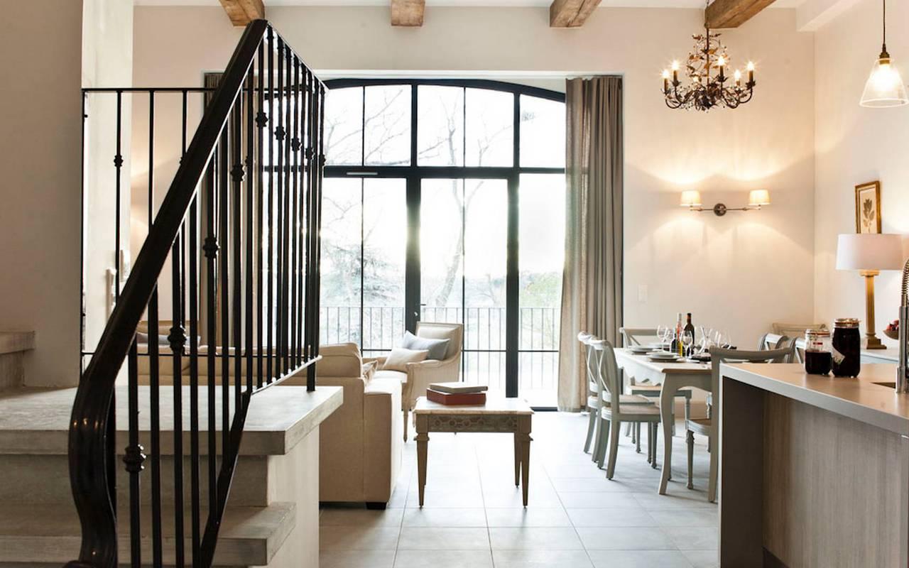 Vue du salon et de l'escalier dans logement privatif, location de villa près de Béziers, Château St Pierre de Serjac.
