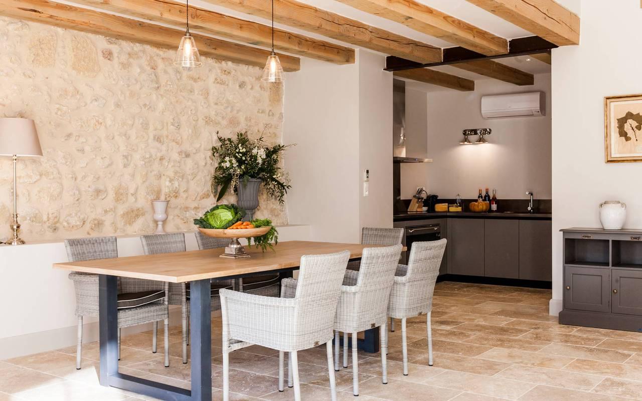 Grande salle à manger avec poutres apparentes dans logement privatif, location de villa près de Béziers, Château St Pierre de Serjac.