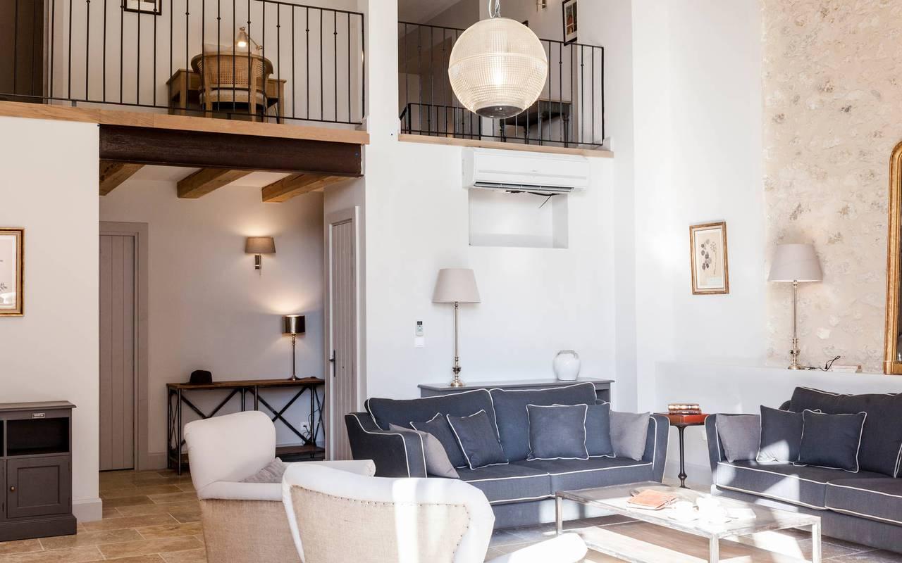 Vue du salon avec mezzanine dans logement privatif, location de villa près de Béziers, Château St Pierre de Serjac.