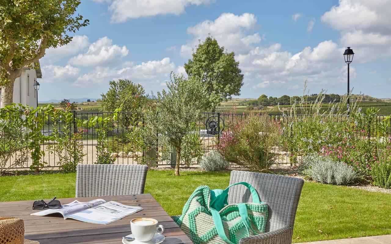 Jardin clos aménagé dans logement privatif, location de villa près de Béziers, Château St Pierre de Serjac.