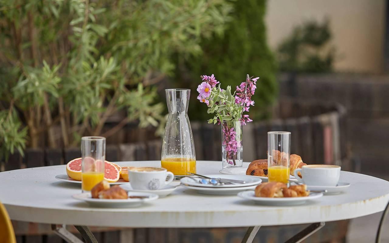 Table de la terrasse avec petit-déjeuner dans logement privatif, location de villa près de Béziers, Château St Pierre de Serjac.