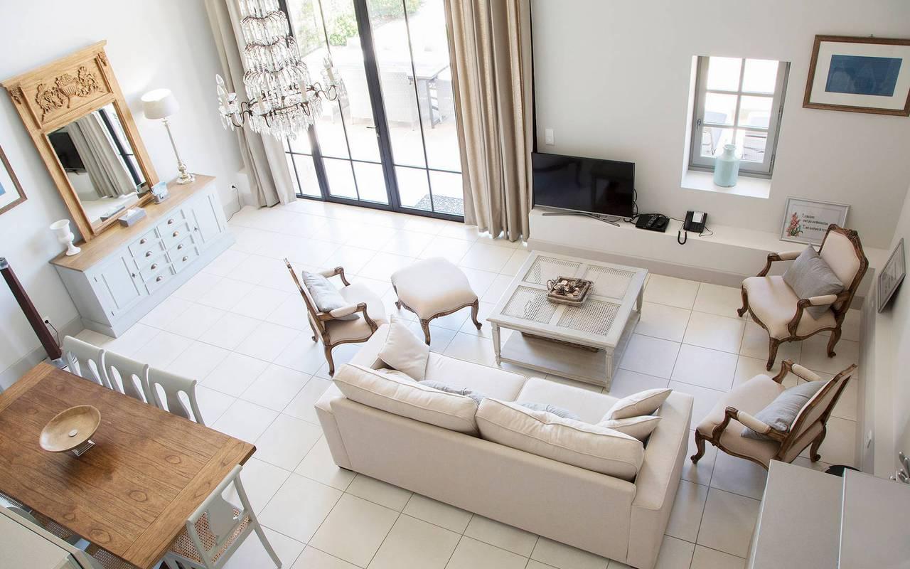 Vue en hauteur du salon d'un logement privatif, location de villa près de Béziers, Château St Pierre de Serjac.