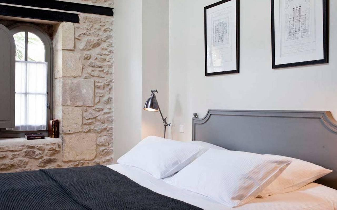 Chambre de charme avec mur en pierre d'un logement privatif, location de villa près de Béziers, Château St Pierre de Serjac