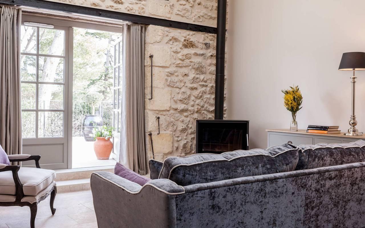 Salon ouvert sur la terrasse d'un logement privatif, location de villa près de Béziers, Château St Pierre de Serjac