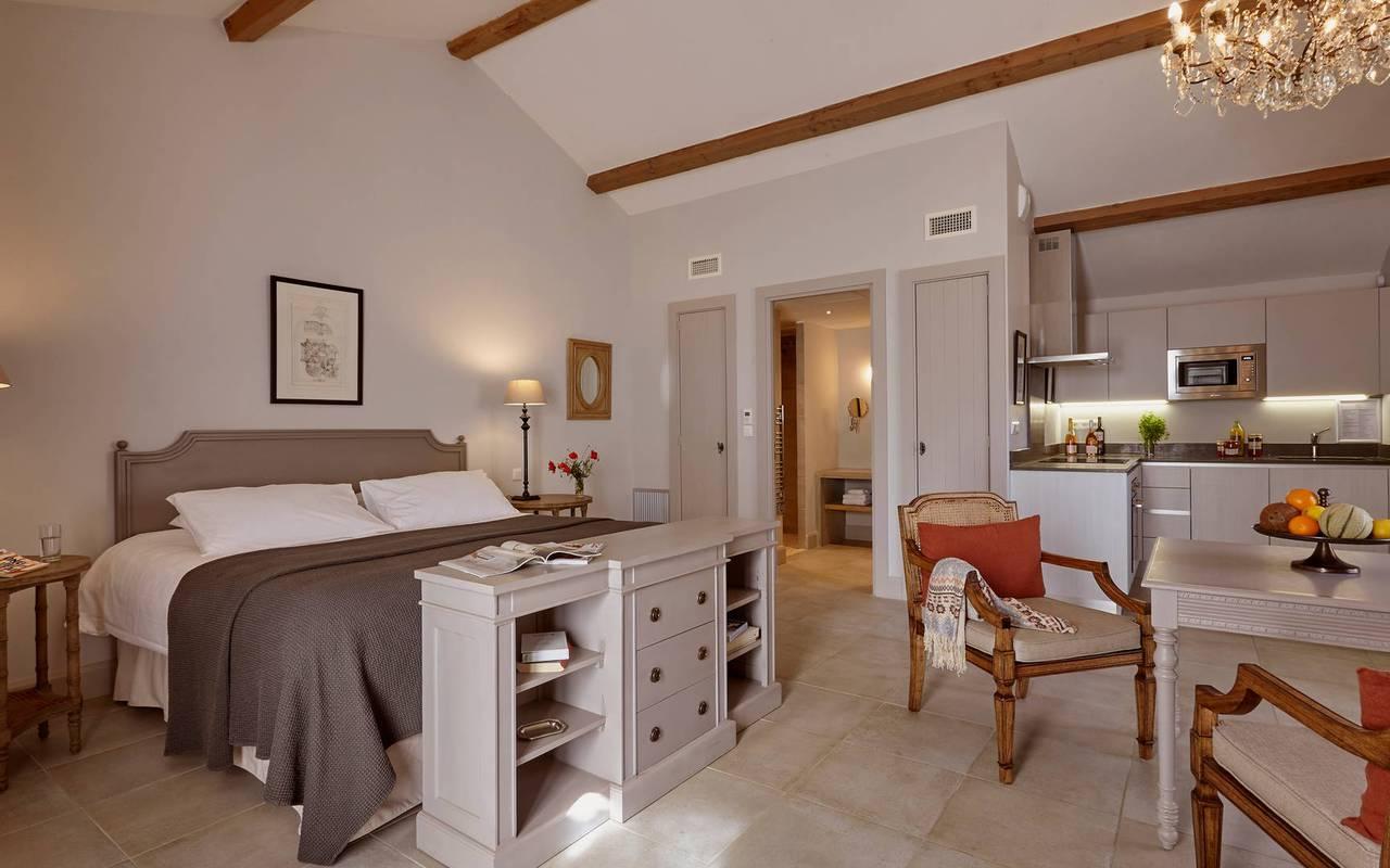 Vue de notre grand studio avec lit king size, location de villa près de Béziers, Château St Pierre de Serjac