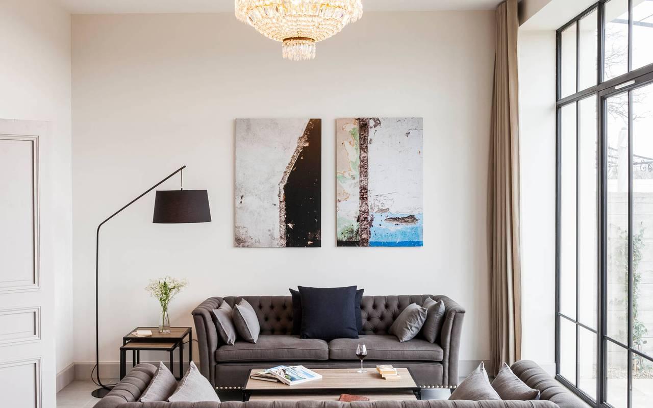 Salon avec baie vitrée d'un logement privatif, location de villa près de Béziers, Château St Pierre de Serjac.
