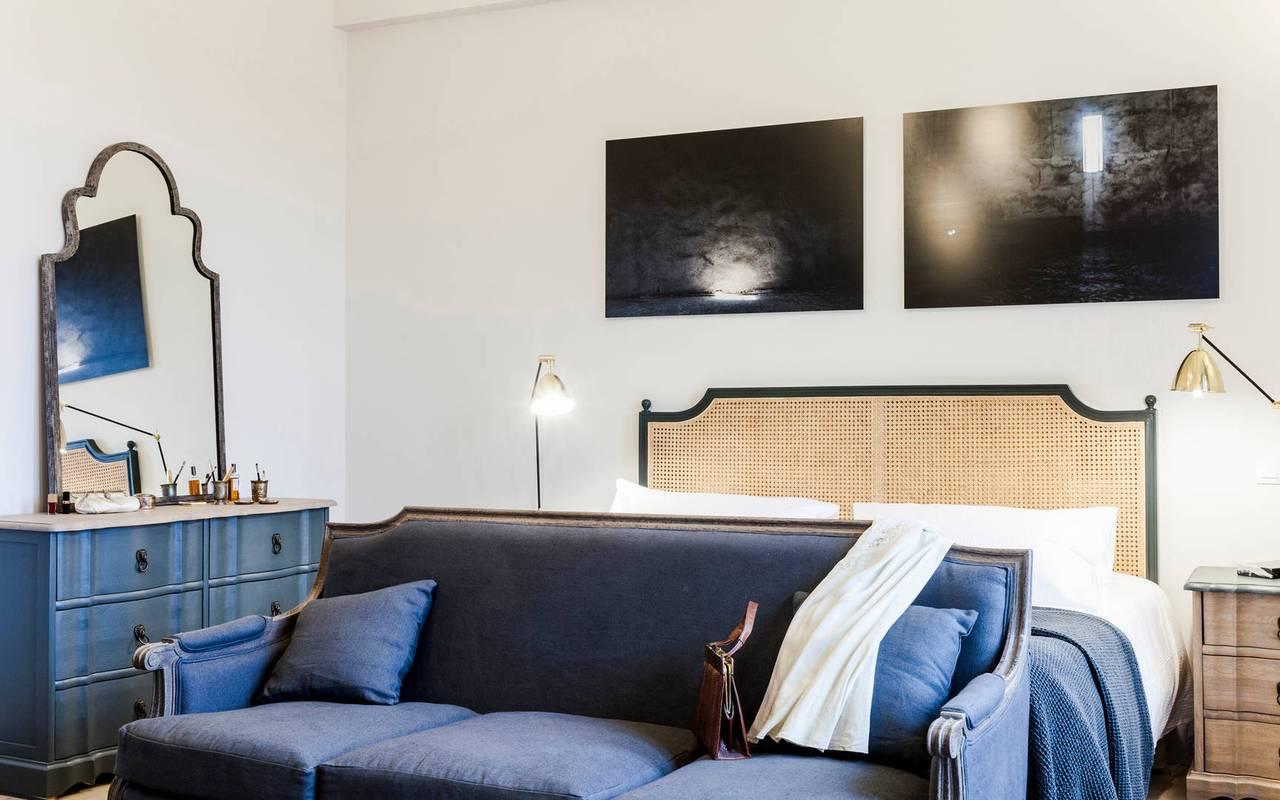 Grande chambre avec canapé d'un logement privatif, location de villa près de Béziers, Château St Pierre de Serjac