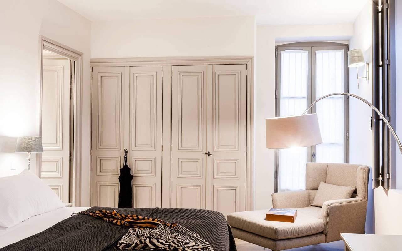 Grande chambre avec fauteuil d'un logement privatif, location de villa près de Béziers, Château St Pierre de Serjac