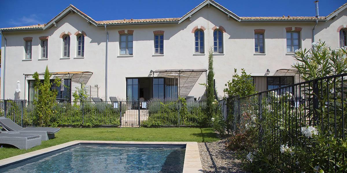 Exterieur avec piscine, location de maison dans l'Hérault, le Château St Pierre de Serjac.