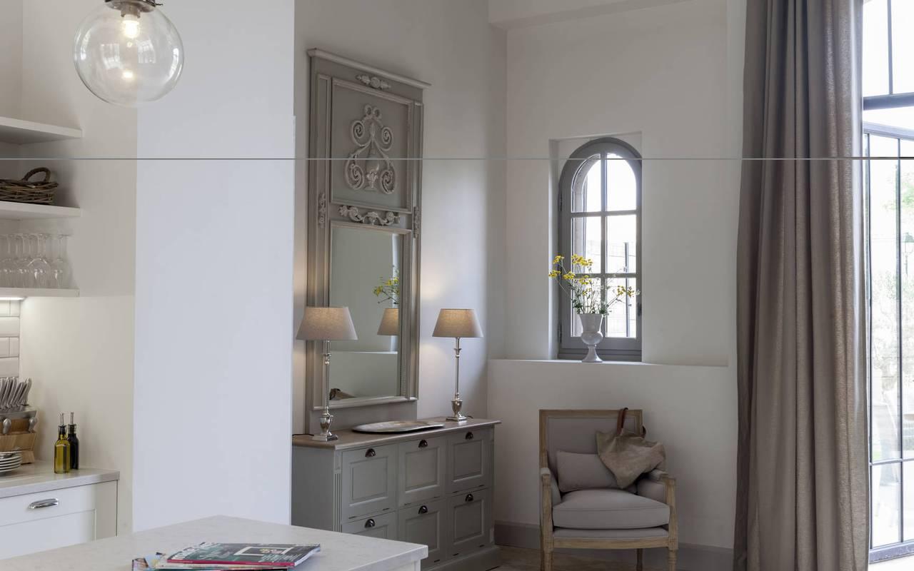 Salon de notre location de maison dans l'Hérault, le Château St Pierre de Serjac.