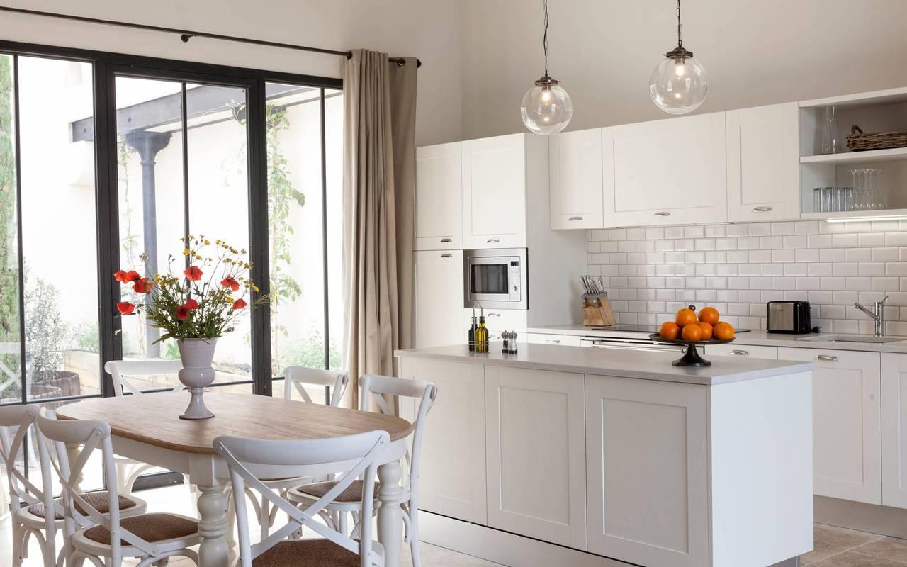 Grande cuisine ouverte de notre location de maison dans l'Hérault, le Château St Pierre de Serjac.