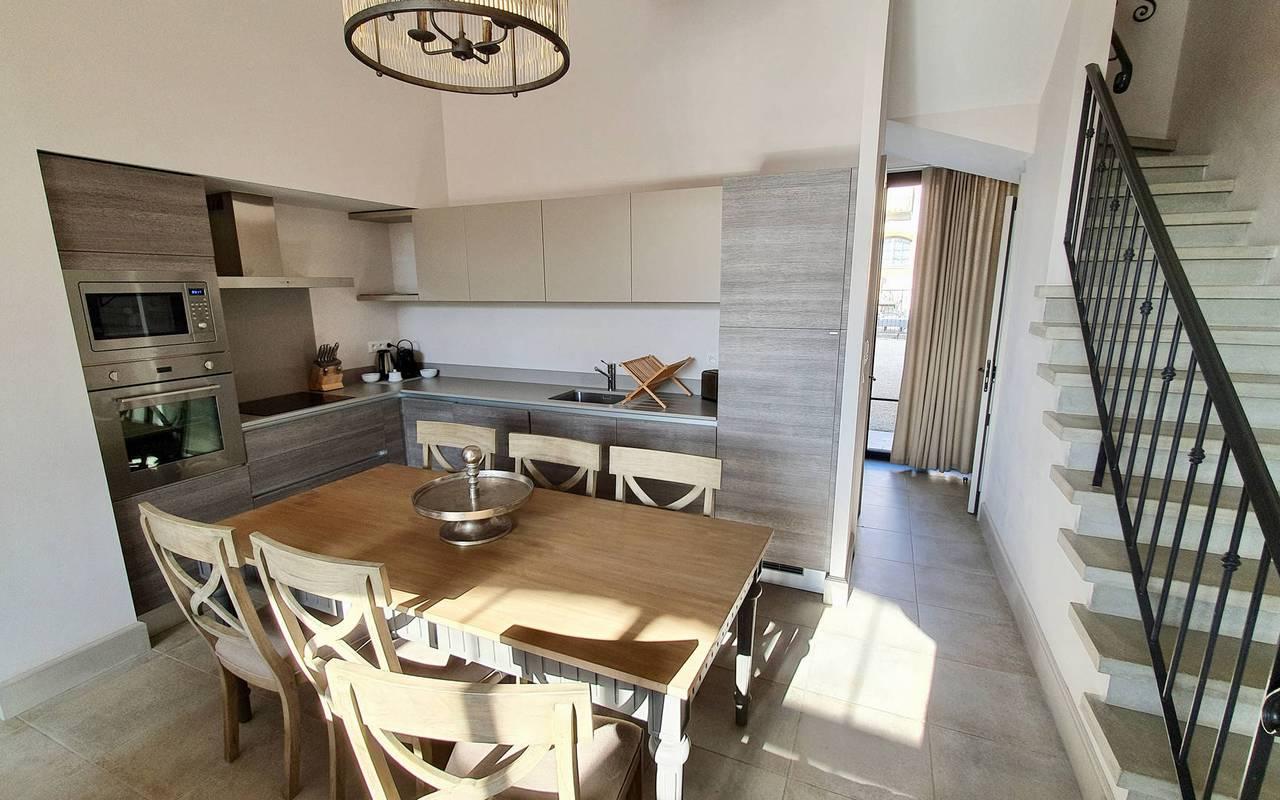 Cuisine avec table dans notre location de maison dans l'Hérault, le Château St Pierre de Serjac.