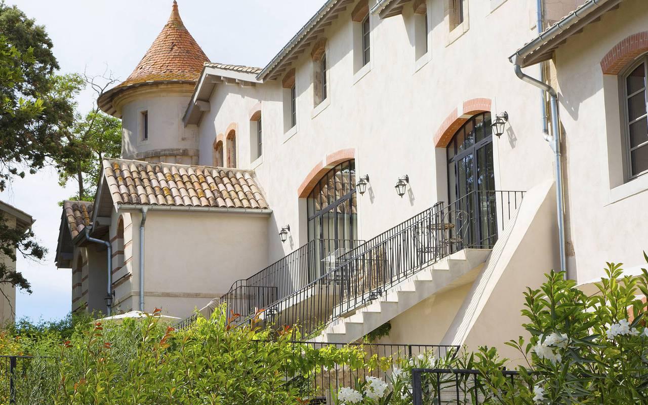 Façade de notre location de maison dans l'Hérault, le Château St Pierre de Serjac.