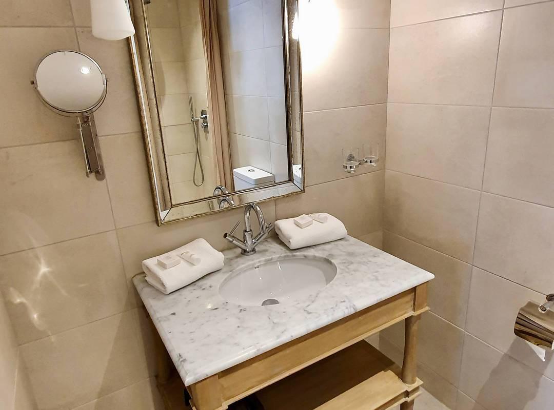 Salle de bain élégante de notre location de maison dans l'Hérault, le Château St Pierre de Serjac.