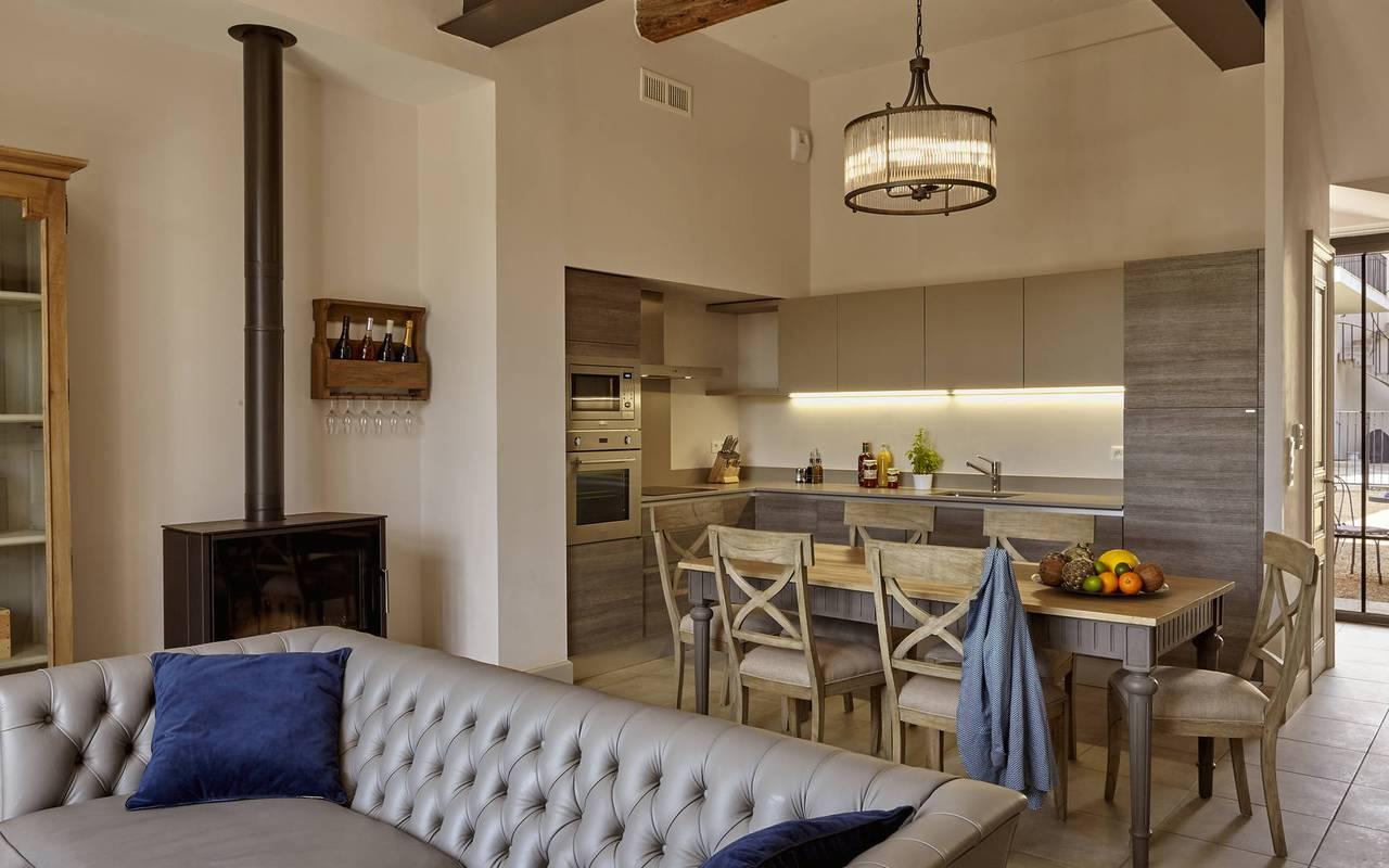 Salon et cuisine de notre location de maison dans l'Hérault, le Château St Pierre de Serjac.