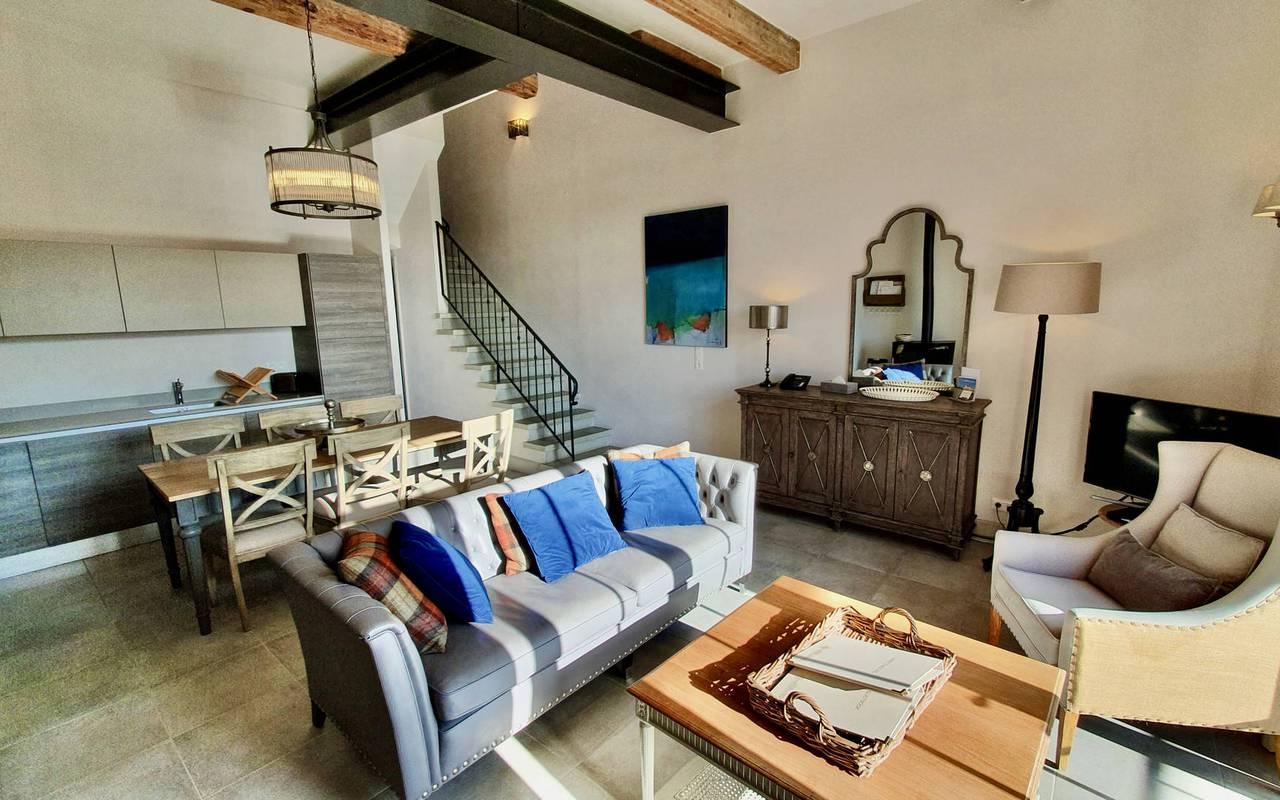 Spacieux salon de notre location de maison dans l'Hérault, le Château St Pierre de Serjac.