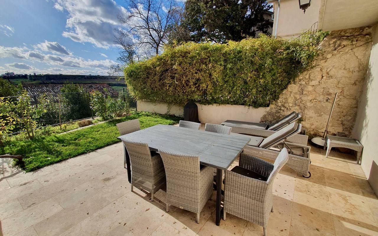 Grande terrasse aménagée de notre location de maison dans l'Hérault, le Château St Pierre de Serjac.