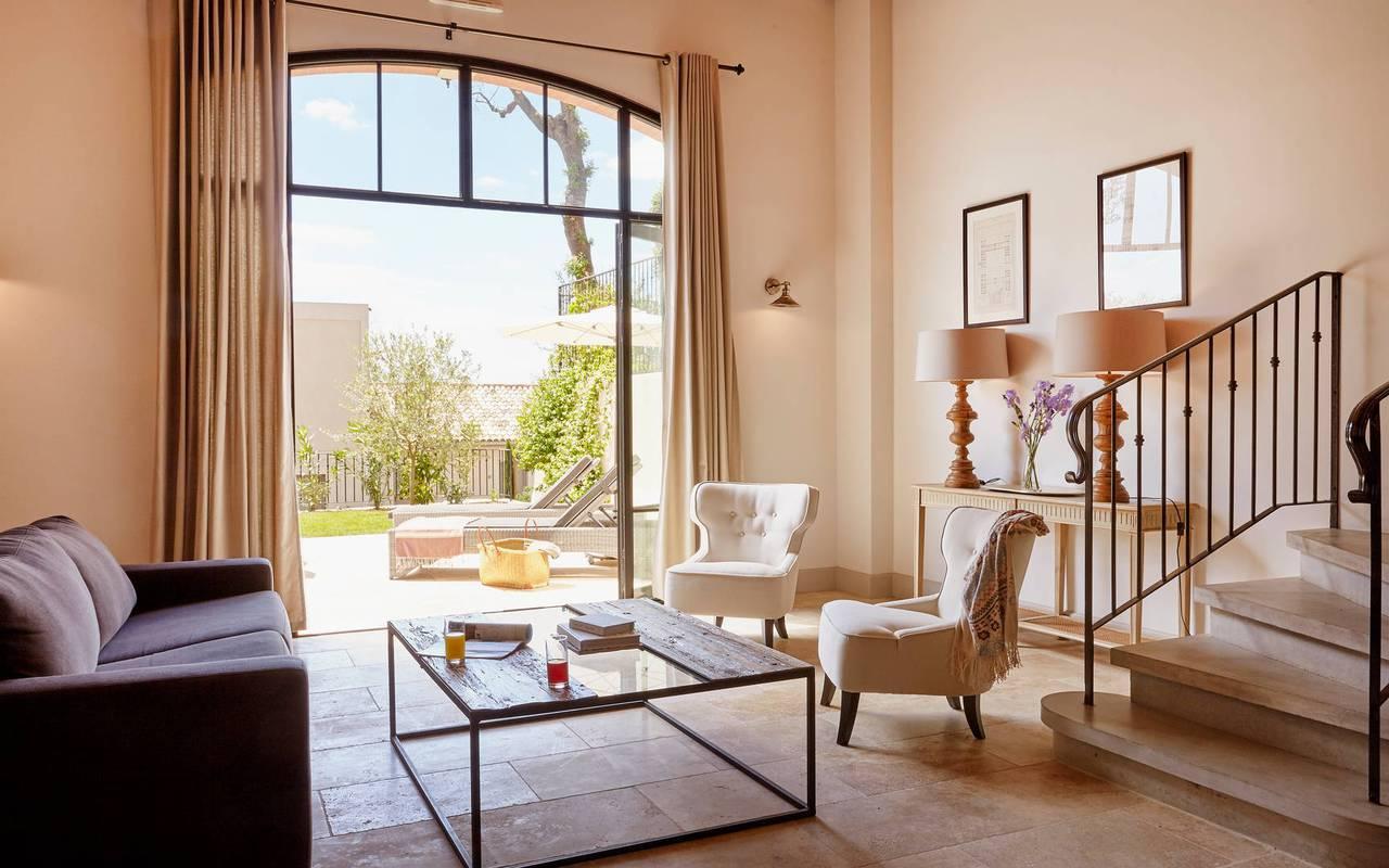 Salon ouvert sur la terrasse de notre location de maison dans l'Hérault, le Château St Pierre de Serjac.