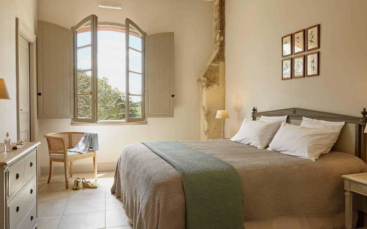 Chambre élégante de notre location de maison dans l'Hérault, le Château St Pierre de Serjac.