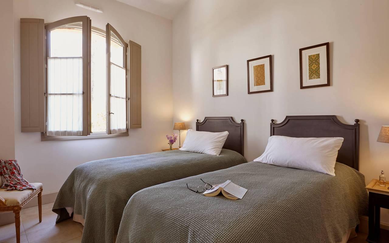 Chambre avec lits jumeaux dans notre location de maison dans l'Hérault, le Château St Pierre de Serjac.