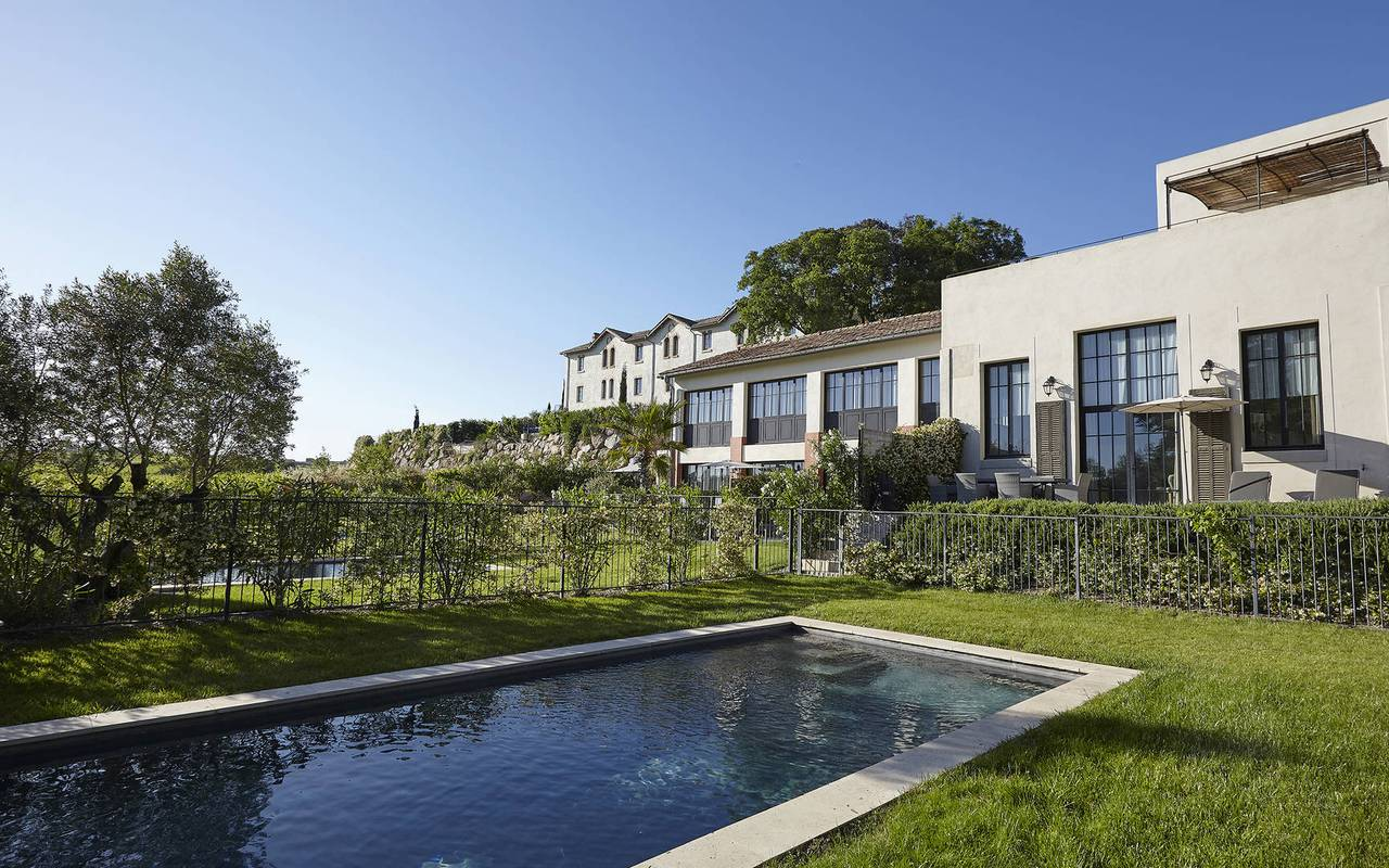 Jardin avec piscine dans notre location de maison dans l'Hérault, le Château St Pierre de Serjac.