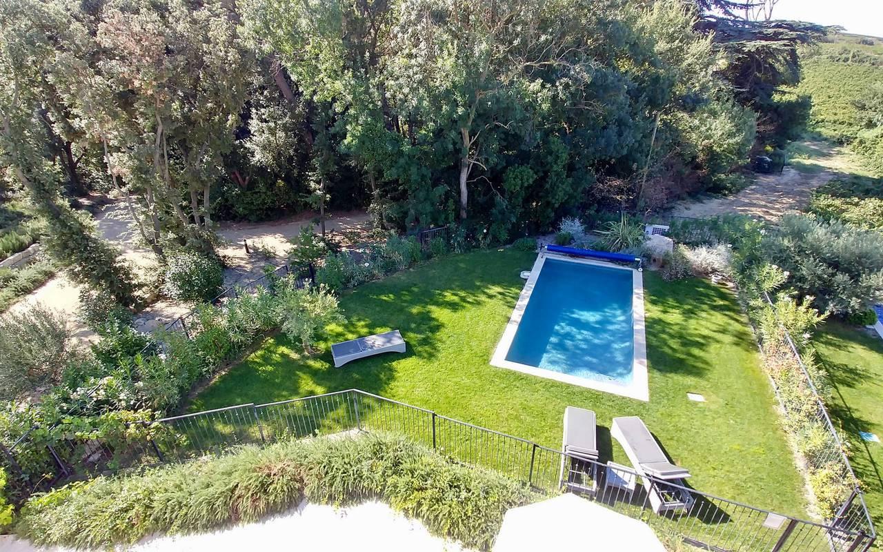 Vue aérienne du jardin avec piscine dans notre location de maison dans l'Hérault, le Château St Pierre de Serjac.