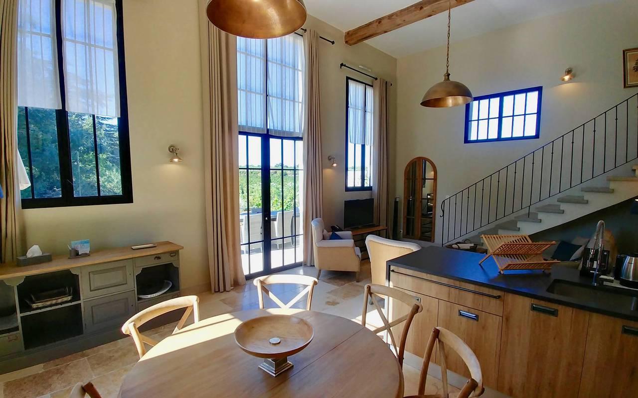 Grande salle à manger dans notre location de maison dans l'Hérault, le Château St Pierre de Serjac.